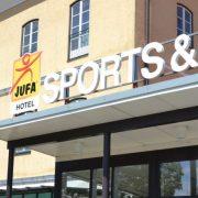 Hotelansicht vom JUFA Hotel Fürstenfeld Sport-Resort mit Eingang